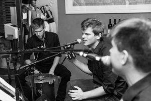 Max Waltl mit Band Chalk, Cheese & Pepper live im Rathaus Vinarium